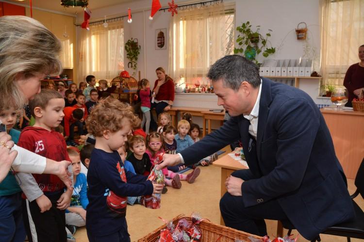 Sára Botond alpolgármester mikuláscsomagokat oszt a józsefvárosi Pitypang Tagóvodában. (fotó:jozsefvaros.hu)