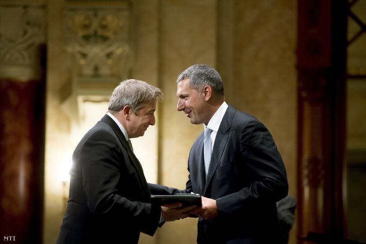 A díjat átvevő szuperféreg és az átadó szuperminiszter (foto: MTI)